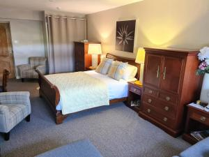 A bed or beds in a room at Mansfield House Hotel