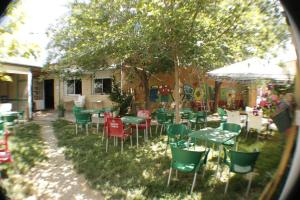 A restaurant or other place to eat at La Mochila