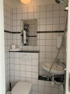 A bathroom at Den Gamle Arrest