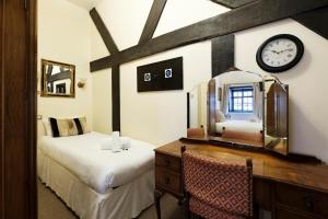 A bed or beds in a room at Ye Olde King's Head