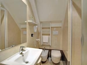 A bathroom at Garden Houses
