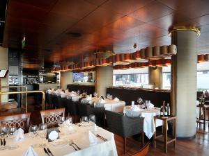Un restaurant u otro lugar para comer en Windsor Hotel & Tower Argentina