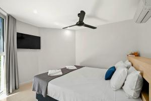 A bed or beds in a room at Beachfront Apt. In Alamanda Beachfront Resort (21)