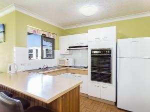A kitchen or kitchenette at Champagne Court 1 with Water Views
