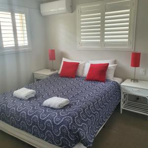 A bed or beds in a room at Noosa Gardens Riverside Resort