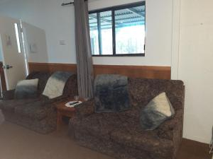 A seating area at Murray Gardens Cottages & Motel