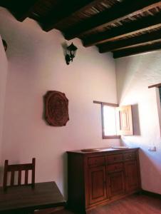 Una televisión o centro de entretenimiento en Rural Suite Santiago de Tunte