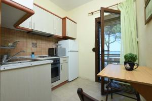 A kitchen or kitchenette at Haus Platanos Apartments & Bungalows by the Sea