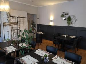 A restaurant or other place to eat at De Herbergier