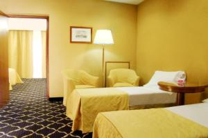 A bed or beds in a room at Ramada by Wyndham Naples