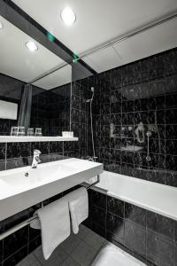 A bathroom at Expo Hotel