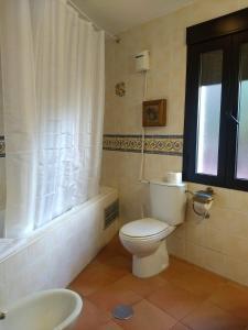 A bathroom at Hotel Villa de Berzocana