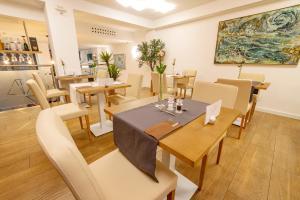 Ein Restaurant oder anderes Speiselokal in der Unterkunft Hotel The Place - Adults Only