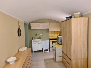 A kitchen or kitchenette at Leśny Zakątek Lipinki Bory Tucholskie