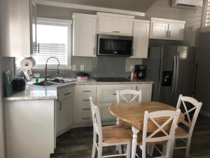 A kitchen or kitchenette at Tropic Island Resort