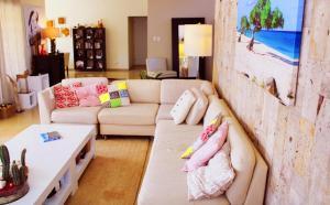 Uma área de estar em Villa Opal Arubacations 2