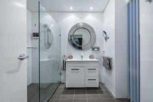 A bathroom at Burns Beach Bed and Shower
