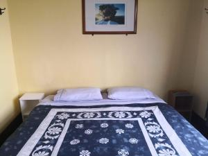 A bed or beds in a room at Rotorua Central Backpackers