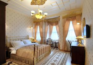 A bed or beds in a room at Darussaade Istanbul Hotel