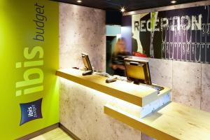 The lobby or reception area at ibis budget London Barking