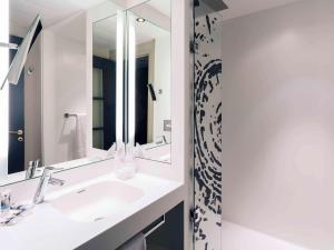 A bathroom at Hotel De Bourbon Grand Hotel Mercure Bourges
