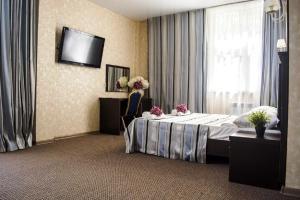 A bed or beds in a room at Family Нotel Akvarel