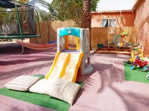 משחקיית ילדים ב-סתלבט במדבר