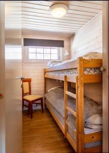 Ein Etagenbett oder Etagenbetten in einem Zimmer der Unterkunft Fidjeland near ski trekk