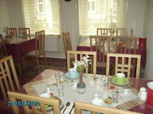 Ein Restaurant oder anderes Speiselokal in der Unterkunft Hotel Garni Nord