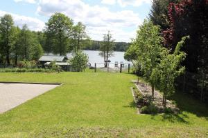 Ogród w obiekcie Apartament nad jeziorem Sukiel z własną plażą