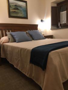 Postel nebo postele na pokoji v ubytování La Casa Vieja de Caneo - APARTAMENTOS RURALES 3 llaves