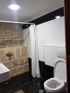 A bathroom at Konaku Guest house