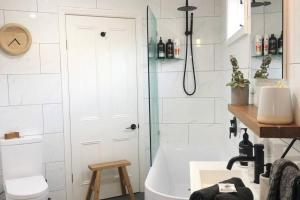 A bathroom at Limeburners Studio