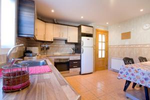 A kitchen or kitchenette at Bonita casa en Granada+PARKING EN EL CENTRO+WIFI