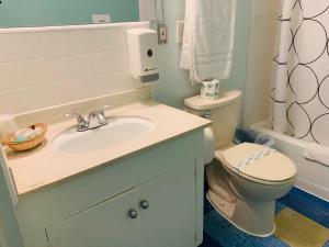 A bathroom at Banana Bungalow West Hollywood Hotel & Hostel