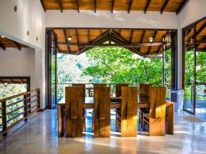 A restaurant or other place to eat at Aqua Dunhinda Villa