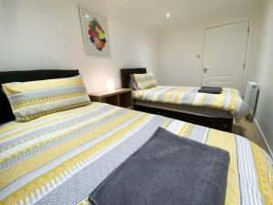 A bed or beds in a room at Large Modern 3 Bedroom Apt with Free Parking