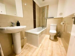 A bathroom at Large Modern 3 Bedroom Apt with Free Parking