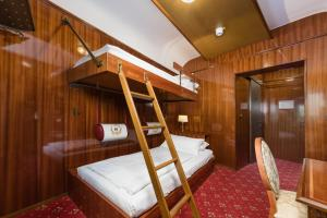 A bunk bed or bunk beds in a room at Hôtel du Train
