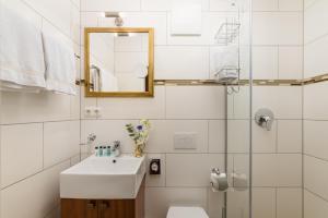 A bathroom at Hôtel du Train