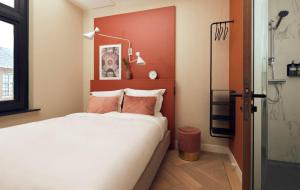 سرير أو أسرّة في غرفة في The Anthony Hotel