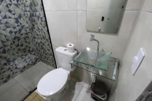 A bathroom at No centro de Brasília com vista para área verde