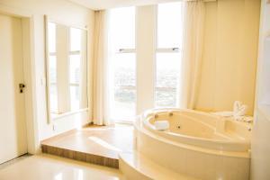 A bathroom at Wyndham Golden Foz Suítes