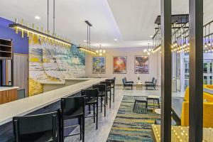 A restaurant or other place to eat at La Quinta Inn & Suites by Wyndham Miramar Beach-Destin