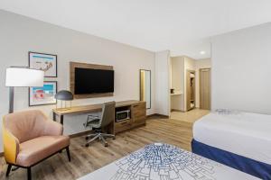 A television and/or entertainment centre at La Quinta Inn & Suites by Wyndham Miramar Beach-Destin