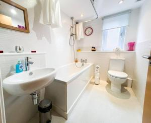 A bathroom at Glasgow Ellerslie Path 2bd Home - Parking