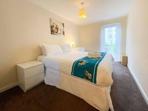 A bed or beds in a room at Glasgow Ellerslie Path 2bd Home - Parking