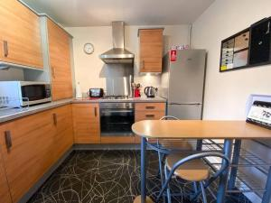 A kitchen or kitchenette at Glasgow Ellerslie Path 2bd Home - Parking