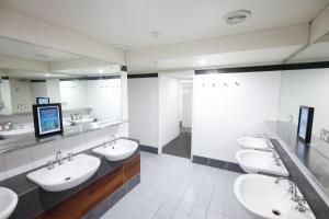 A bathroom at Melbourne Metro YHA