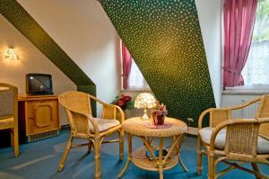 Ein Sitzbereich in der Unterkunft Hotel Am Grudenberg